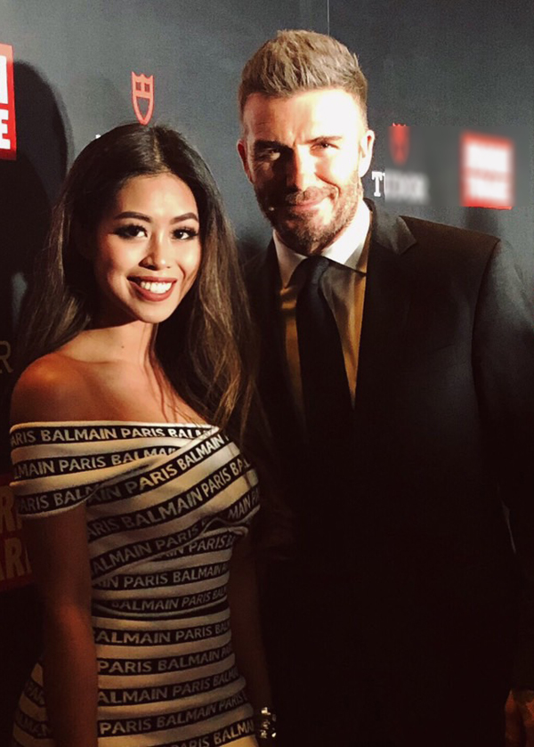 Em chồng Tăng Thanh Hà khoe vai trần, rạng rỡ chụp ảnh cùng David Beckham. Đây là lần thứ hai cô gặp gỡ cựu danh thủ người Anh.