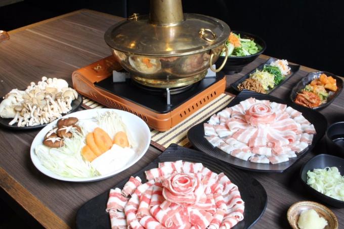 Nhà hàng phục vụ thực khách hai thực đơn chính gồm Shabu-Shabu (lẩu Nhật Bản)...
