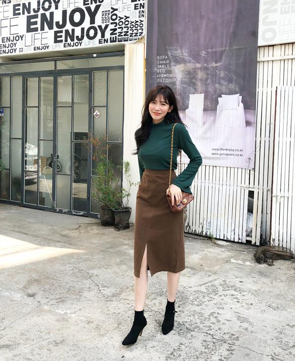 Đã có một thời, chân váy bút chì gần như là vật bất ly thân của các nàng công sở. Tuy nhiên sự lên ngôi của các mẫu váy phá cách đã khiến thiết kế này bị xa lánh.