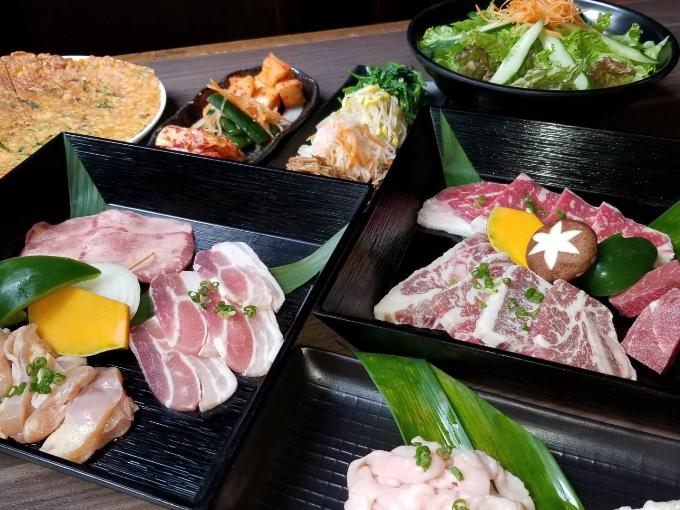 Thịt nướng kiểu Nhật không cần phải tẩm ướp gia vị trước. Khi thưởng thức, bạn chỉ cần ăn kèm rau củ nướng, salad, chấm cùng sốt đặc biệt với vị đậm đà.