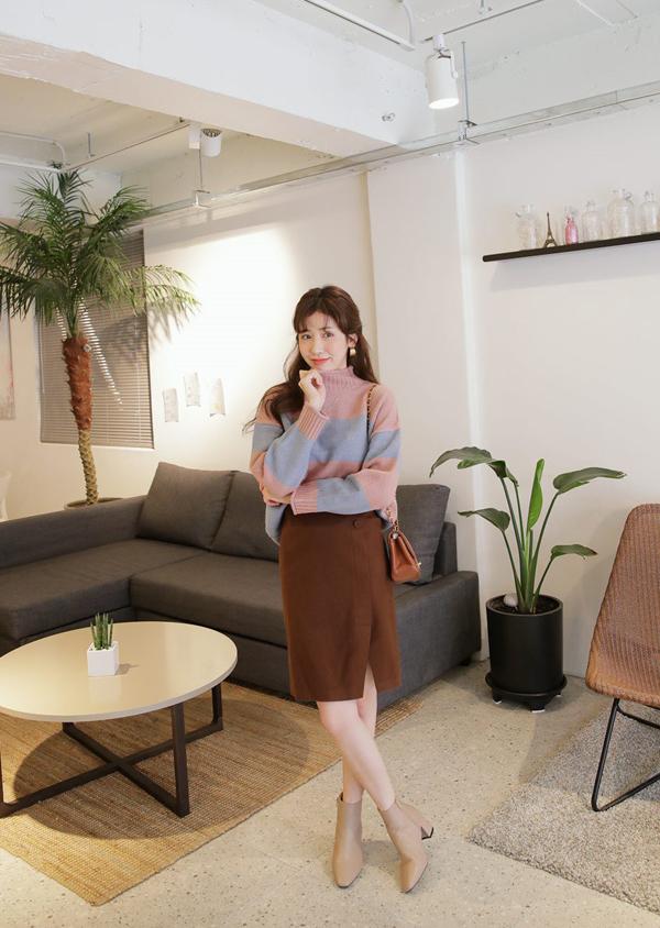 Chân váy kiểu dáng đơn giản được chọn lựa để phối hợp cùng các kiểu áo ấm, bốt cổ thấp để lên đồ thanh lịch khi đến văn phòng.