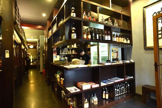 Khi dùng bữa tại đây, thực khách sẽ tận hưởng món ăn cũng như dịch vụ chất lượng, được cung cấp bởi các nhà quản lý nhà hàng hàng đầu Nhật Bản.