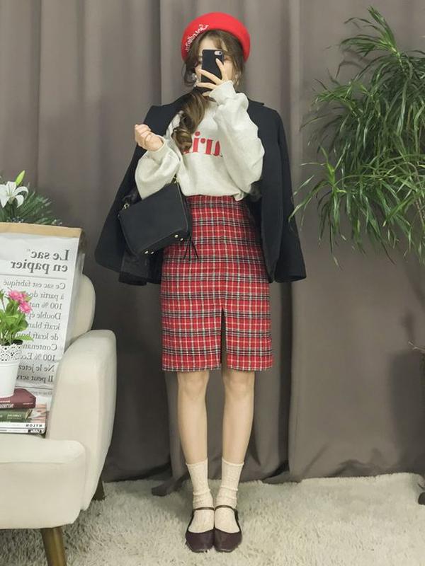 Sau một mùa lăng xê các mẫu blazer kẻ sọc ca rô, các cô nàng sành điệu lại chọn váy ca rô làm điểm nhấn.