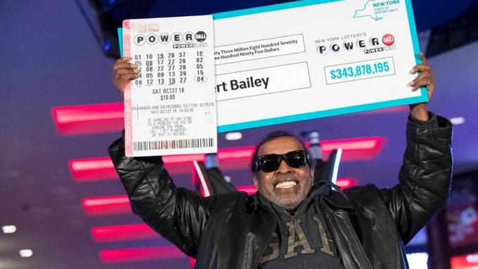 Ông Robert Bailey nhận giải thưởng Powerball hôm 14/11. Ảnh: Fox News.