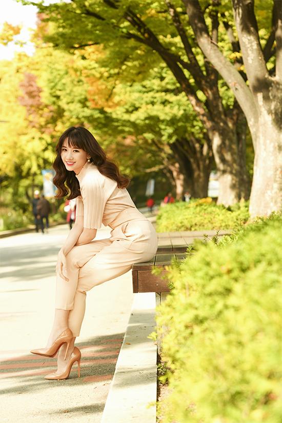 Cách kết hợpáo len, quần lưng cao giúp Hari Won khoe vòng eo thon gọn và xây dựng thành công hình ảnh hiện đại.