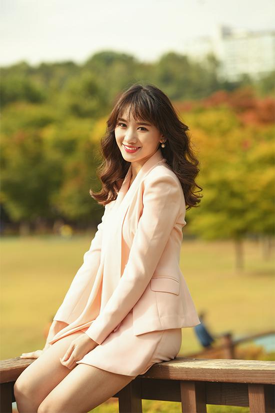 Hari Won cũng khéo léo diện áo vest cùng áo bra ren lưới tinh tế, kết hợp với quần shortgiả váykhoe chân dài, gợi cảm.