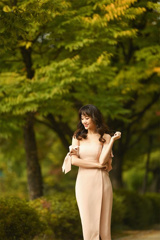 Trong bộ ảnh vừa thực hiện, bà xã Trấn Thành chọn trang phục gợi cảm, khoe dáng giữa không gian thiên nhiên tươi đẹp của xứ sở kim chi.