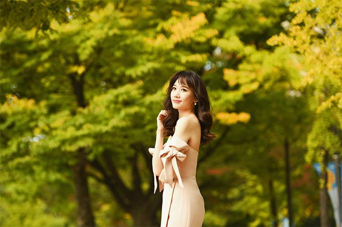Chọn trang phục màu nude để thể hiện sự sành điệu với xu hướng thu đông, nữ ca sĩ giúp từng shoot hình thêm cuốn hút bởi kiểu dáng trang phục hợp mốt.
