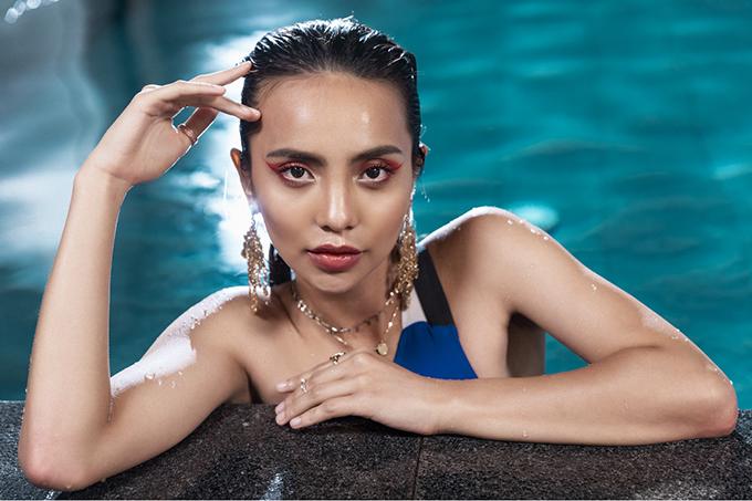 Linh Chi khoe nét quyến rũ hiện đại, khỏe khoắn với làn da nâu nóng bỏng trong những bộ bikini liền thân.
