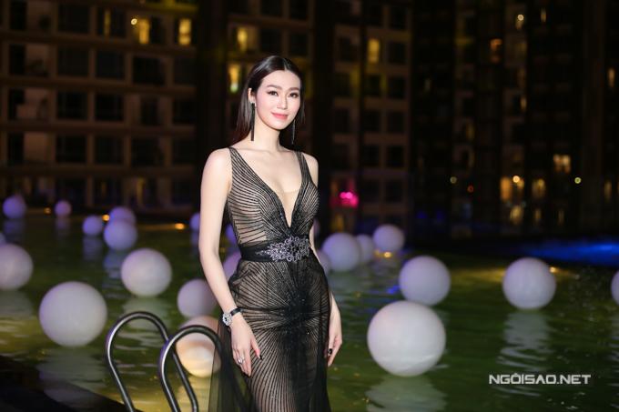 Người đẹp mặc váy xuyên thấu của nhà thiết kế Anh Thư kết hợp phụ kiện sang trọng, tinh tế.