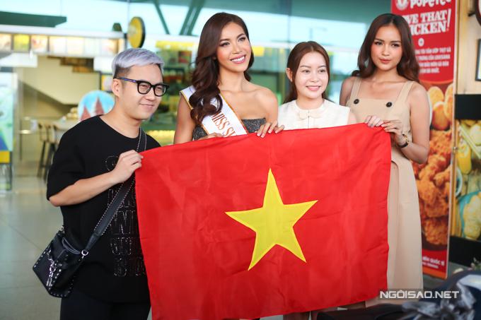 Nhà thiết kế Chung Thanh Phong (trái) và Hoa hậu Ngọc Châu (phải) chụp hình kỷ niệm cùng Minh Tú.