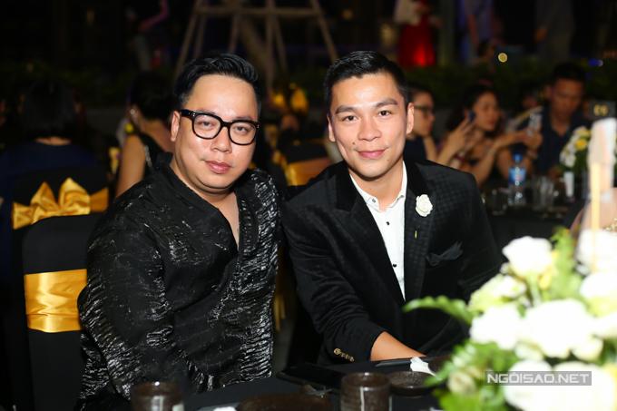 MC Tùng Leo và nhà thiết kế Adrian Anh Tuấn hội ngộ trong bàn tiệc.