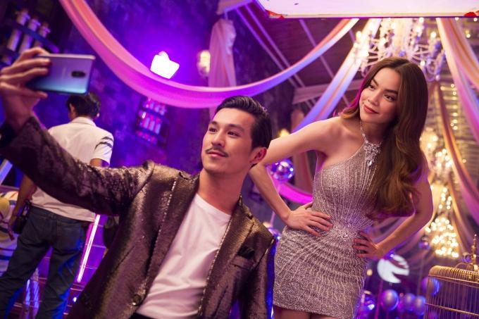 Trong hậu trường, Hồ Ngọc Hà và Thiên Minhthường xuyên selfie, trò chuyệnvui vẻ vì cùng hoạt động trong lĩnh vực giải trí.