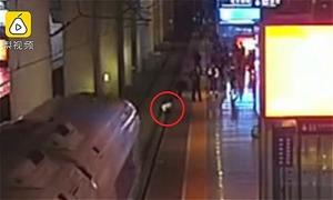 Cô gái suýt bị tàu đâm khi nhảy xuống đường ray để dọa bạn trai