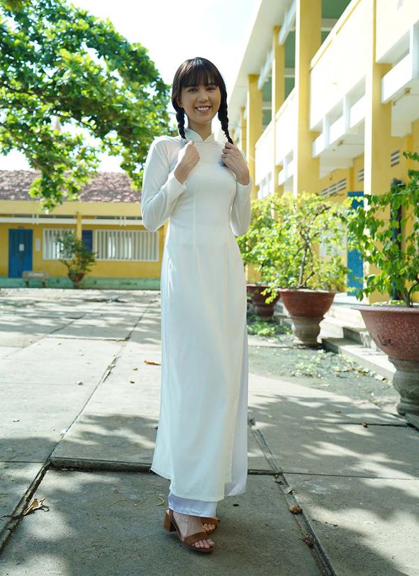 Ngọc Trinh hào hứng sắm vai nữ sinh trung học tóc tết hai bím, diện áo dài trắng tới trường. Người đẹp chia sẻ, cô như được sống lại với những kỷ niệm thời học trò hồn nhiên, tinh nghịch của hơn10 năm vềtrước.