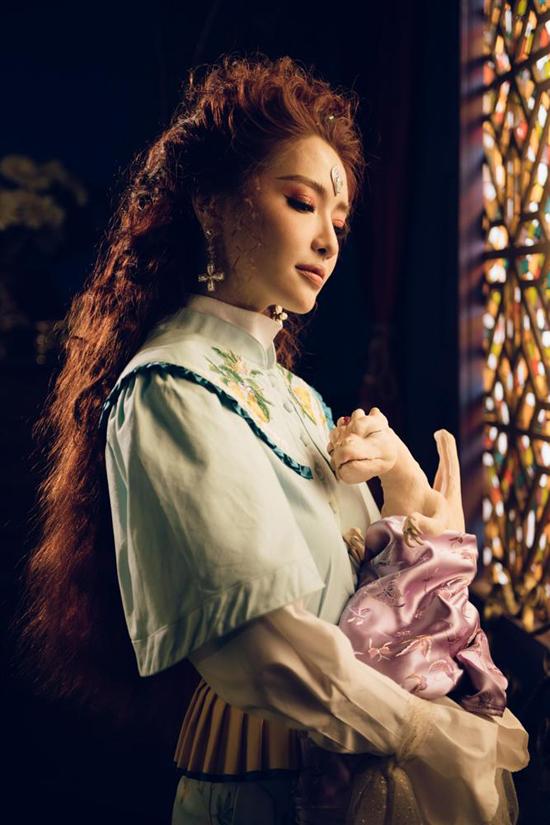 Sử dụng trang phục made in Vietnam nhưng nhiều set đồ bắt mắt gợi nhớ tới hình ảnh sang chảnh của nhà mốt Gucci. Đặc biệt là chúrồng con - phụ kiện từng xuất hiện trong show Xuân/Hè 2019 của Gucci.