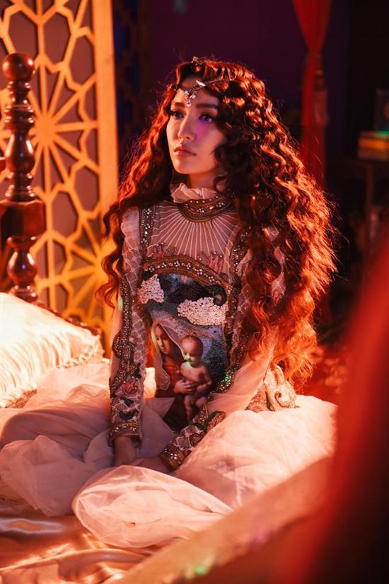Trong các MV của mình, Bích Phương luôn được ghi nhận về sự đầu tư một cách chỉn chu cho phần tạo hình và đầu tư trang phục.