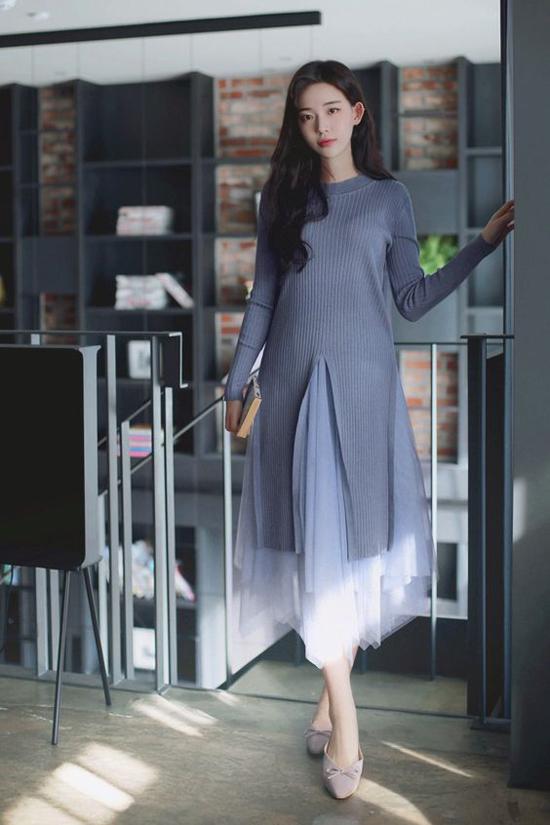 Áo len là trang phục được yêu thích ở mùa se lạnh. Loại trang phục có khả năng giữ ấm này thường được phối cùng các kiểu chân váy xòe, chân váy bút chì, quần jeans hay phá cách hơn với váy vải tuyn bồng bềnh.