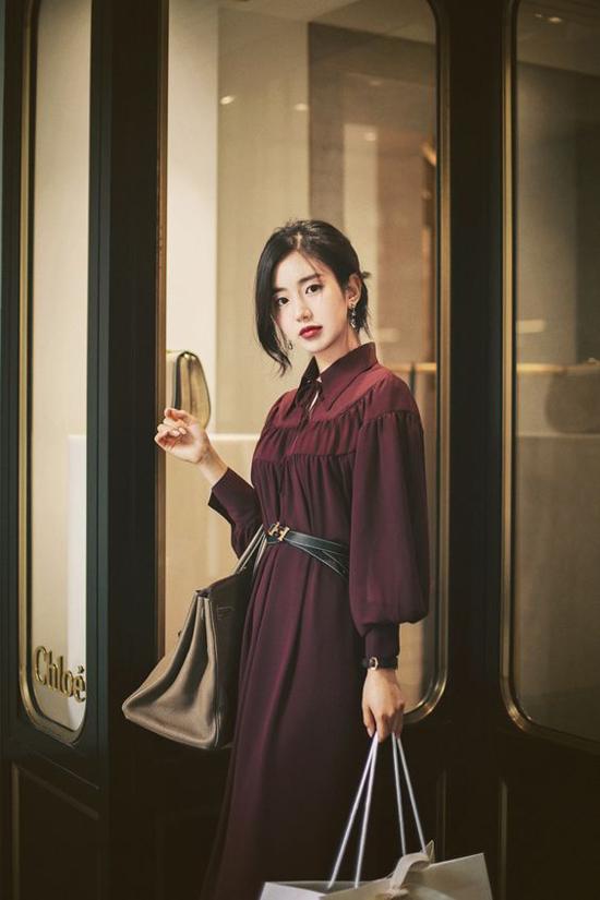 Những mẫu đầm tay phồng, đầm sơ mi tiếp tục được các tín đồ thời trang châu Á lăng xê ở mùa này.