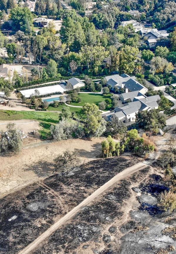 Đội cứu hỏa đã đào con đường trống ngăn lửa lan từ cánh đồng sang.
