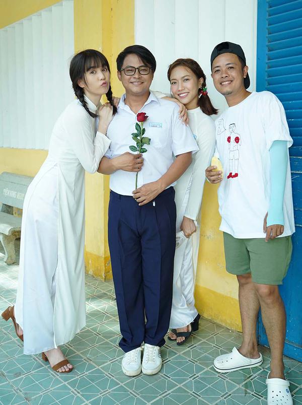 Diễn viên La Thành (thứ hai từ trái qua) hóa thân cậu bạn học si mê Ngọc Trinh trong Vu quy đại náo. Đạo diễn Lê Thiện Viễn (ngoài cùng bên phải) chụp ảnh cùng các diễn viên trên phim trường.