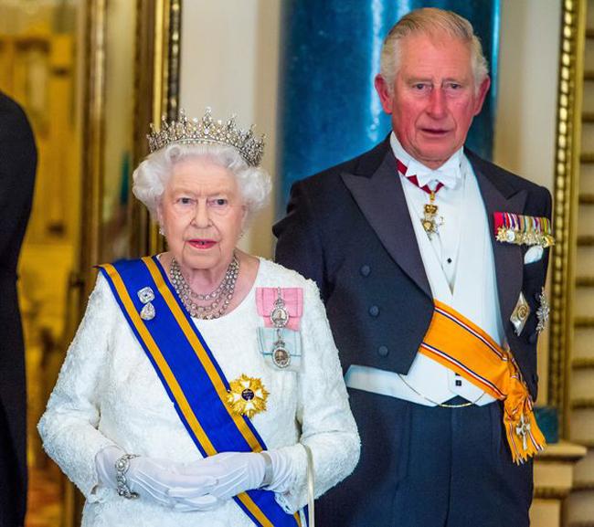 Nữ hoàng Elizabeth II và Thái tử Charles trong quốc yến chào mừng Quốc vương Willem-Alexander và Hoàng hậu Maxima của Hà Lan tối 23/10. Ảnh: PA.