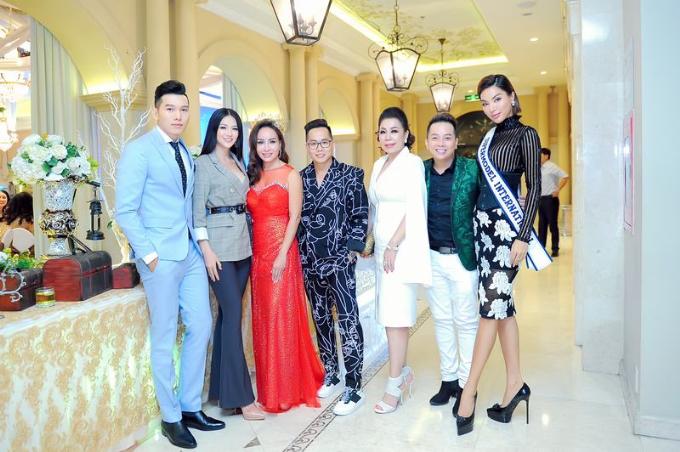Tân Hoa hậu Trái Đất 2018 Nguyễn Phương Khánh và đại diện Công ty Leading - Nam vương Ngọc Tình, siêu mẫu Khả Trang tranh thủ đến sự kiện.