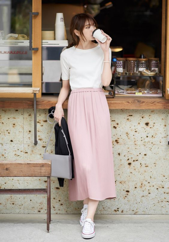 Phối áo thun và chân váy để ăn gian tuổi