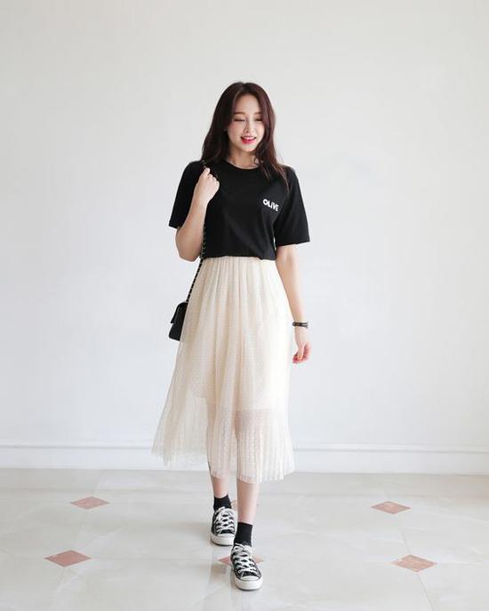 Phối áo thun và chân váy để ăn gian tuổi - 1