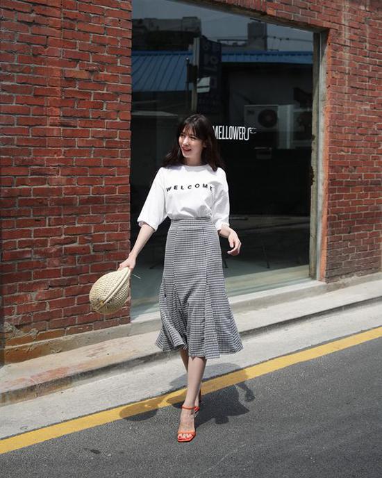 Phối áo thun và chân váy để ăn gian tuổi - 4