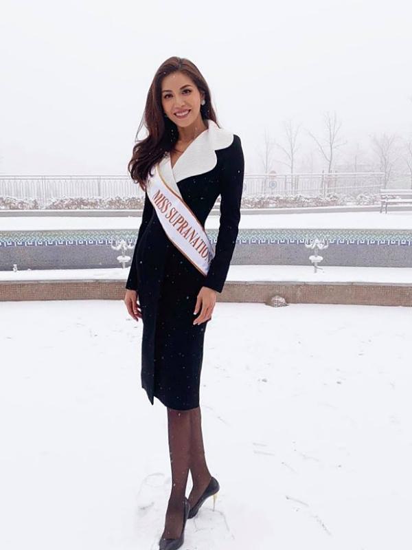 Minh Tú vừa trải qua ngày đầu tiên tại Hoa hậu Siêu quốc gia 2018. Thời tiết tại Ba Lan hiện có tuyết rơi dày đặc, nhiệt độ xuống âm 3 độ nên diện bộ váy kín đáo của nhà thiết kế Công Trí.