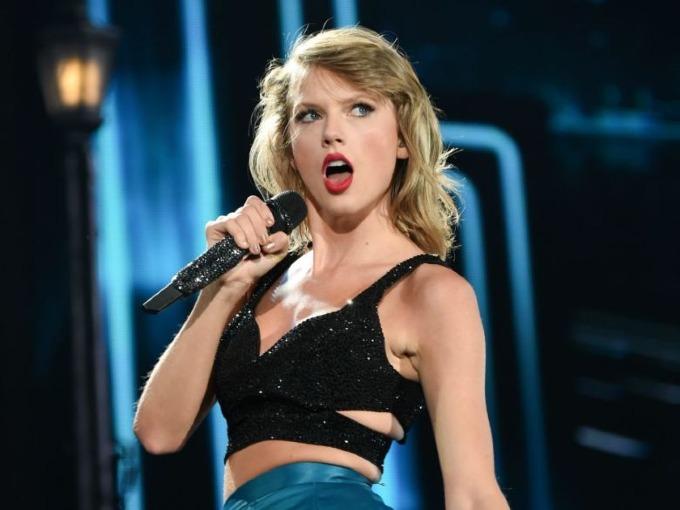 2. Taylor Swift (80 triệu USD): Taylorbiến mất một thời gian năm ngoáii để rồi tái xuấtcùngalbum Reputation, bán2 triệu bản toàn cầu trong tuần phát hành. Lý do duy nhất khiến côkhông chiếm ngôi đầu là phần lớn cácđêm diễn của Reputation Stadium Tour nằm ngoài mốc thời gian 6/2017-6/2018 mà Forbeschọnthống kê. Ảnh: AP.