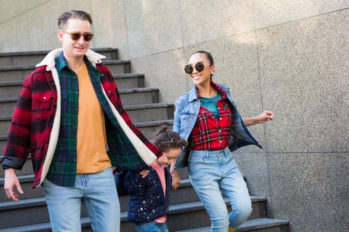 Nữ ca sĩ tiết lộ, cô luôn chăm chút trang phục cho chồng Tây và con gái cưng. Gia đình Sô cô la theo đuổi phong cách thời trang năng động, cá tính.