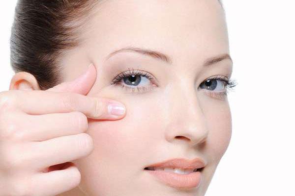Massage nhẹ nhàng bằng các ngón taySau khi thoa kem dưỡng, hãy dùng các đầu ngón tay vỗ nhẹ lên da để kem thẩm thấu tốt hơn. Có thể thực hiện vài động tác massage để giúp da thư giãn đồng thời nâng cơ, chống chảy xệ da mặt.