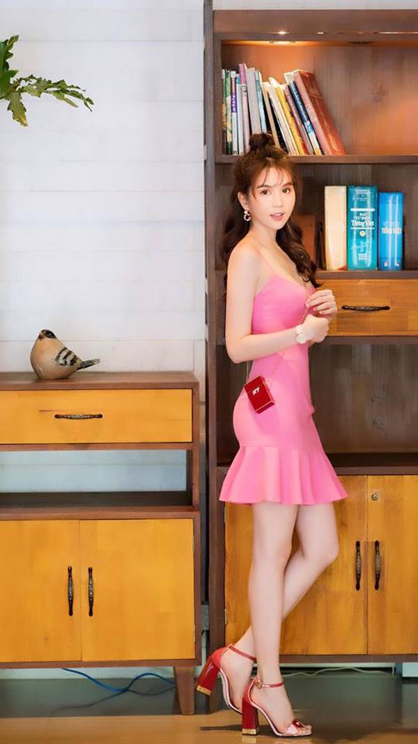 Ngọc Trinh tôn làn da trắng sáng với thiết kế váy hai dây trên tông hồng. Khi diện trang phục có gam màu ngọt ngào, người đẹp chọn thêm giầy cao gót và túi mini tông đỏ để phối đồ.