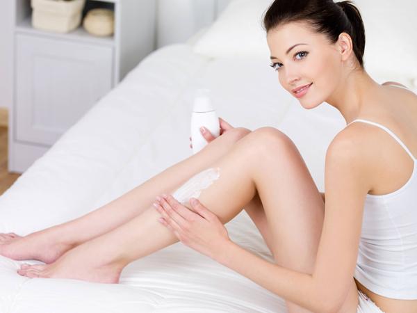 Thoa kem dưỡng ẩm cho tay và chân Đừng chỉ quan tâm đến khuôn mặt, hãy dưỡng ẩm cho toàn thân, đặc biệt là các vùng cổ, ngực và tay.