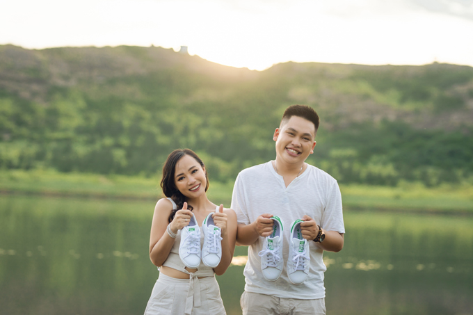 Cặp sắp cướichụp hình ở hồ nước ngọt trên đỉnh núi.