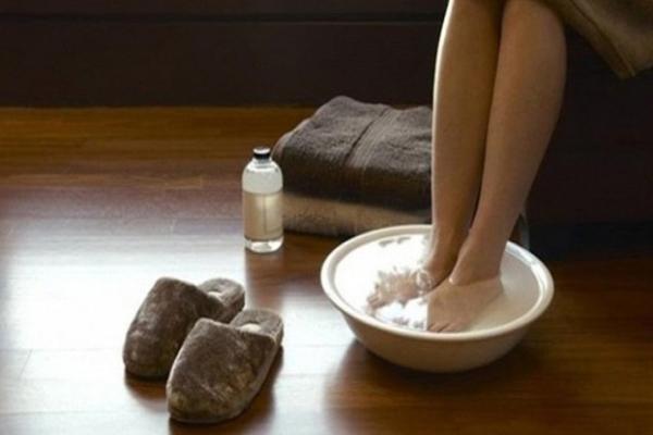 Ngâm chân nước ấm Ngâm chân trong nước ấm khoảng 10 phút trước khi đi ngủ giúp thư giãn, kích thích máu lưu thông, cải thiện trao đổi chất, giúp bạn ngủ ngon hơn.