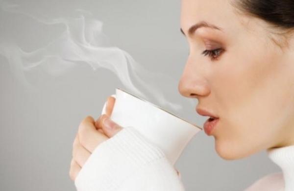 Uống một cốc nước ấmNửa tiếng trước khi đi ngủ, hãy uống một cốc nước ấm để nuôi dưỡng làn da từ bên trong. Ly nước ấm sẽ giúp bổ sung độ ẩm cho da trong suốt cả đêm.