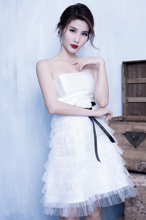 Váy xếp tầng từ chất liệu lụa phủ ren bồng bềnh, nữ tính khiến người đẹp trẻ trung như những cô nàngđôi mươi.