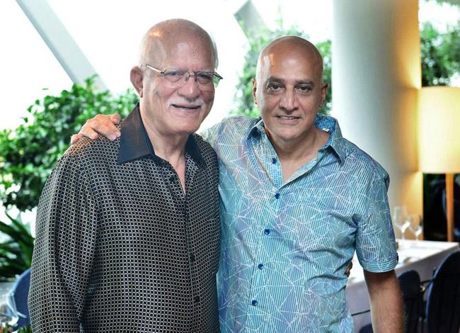 Ông Mohan Vaswani (trái) và cháu trai Sajen Aswani. Ảnh: Bloomberg.