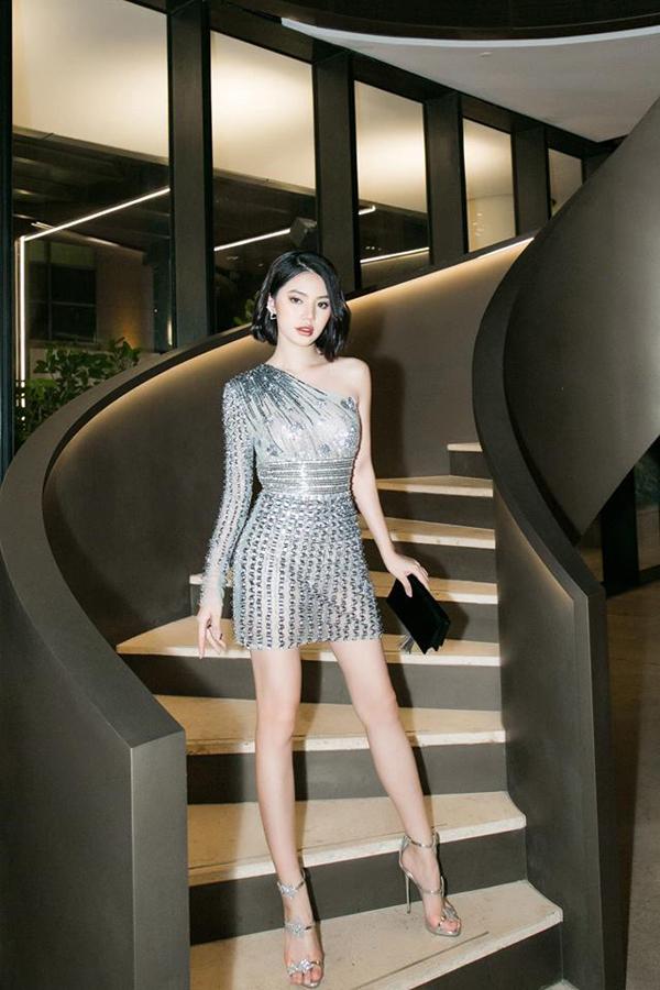 Jolie Nguyễn hòa cùng trào lưu sử dụng trang phục váy ánh kim, váy metalic đang được các người đẹp Việt ưa chuộng.