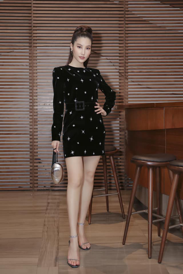 Diễm My 9x khoe chân thon cùng thiết kế váy liền thân trên chất liệu nhung đen. Họa tiết ánh kim lấp lánh khiến trang phục của nữ diễn viên thêm phần bắt mắt.