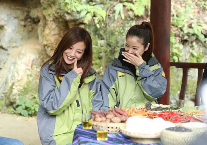 Gần đây, Triệu Vy tham gia ghi hình một chương trình từ thiện tại Quảng Tây cùng với người bạn thân Lâm Tâm Như. Ảnh: Weibo.