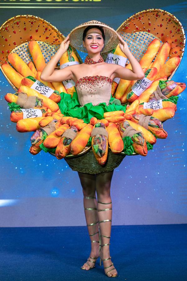 Trong buổi họp báo, HHen Niê gây bất ngờ khi trình diễn trang phục dân tộc lấy cảm hứng từ những ổ bánh mỳ của nhà thiết kế trẻ Phạm Phước Điền. Đây sẽ là quốc phục của HHen Niê tại Miss Universe. Thiết kế này từng được nhiều người ủng hộ ở giai đoạn đề cử.