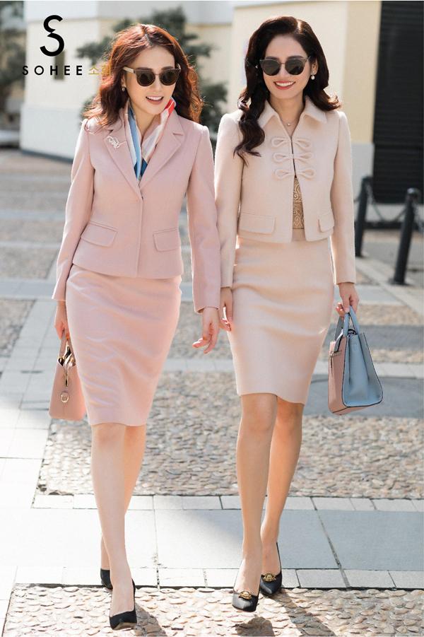 Trong bộ ảnh dạo phố, Phương Oanh cùng CEO Hà Bùi như đôi bạn thân có chung sở thích về phong cách thời trang. Cả hai đều lựa chọn những bộ cánh có kiểu dáng, màu sắc đồng điệu, thậm chí cách mix phụ kiện cũng có sự hài hoà, ăn ý.