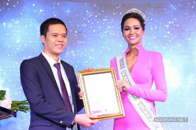 Hoa hậu nhận bằng chứng nhận trở thànhđại diện chính thức của Việt Nam dự thi Miss Universe 2018. Cô sẽ sang Thái Lan từ ngày 29/11 để tranh tài cùng các người đẹp đến từ những quốc gia khác trên thế giới. Sở hữu vóc dáng săn chắc và làn da nâu khỏe khoắn, HHen Niê được trang web Missology dự đoán lọt top 5.