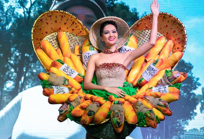 HHen Niê chia sẻ, cô rất hào hứng khi có dịp giới thiệu món ăn quen thuộc của người Việt Nam tại đấu trường nhan sắc quốc tế. Hoa hậu cảm thấy khá thoải mái khi mặc bộ cánh độc đáo này.
