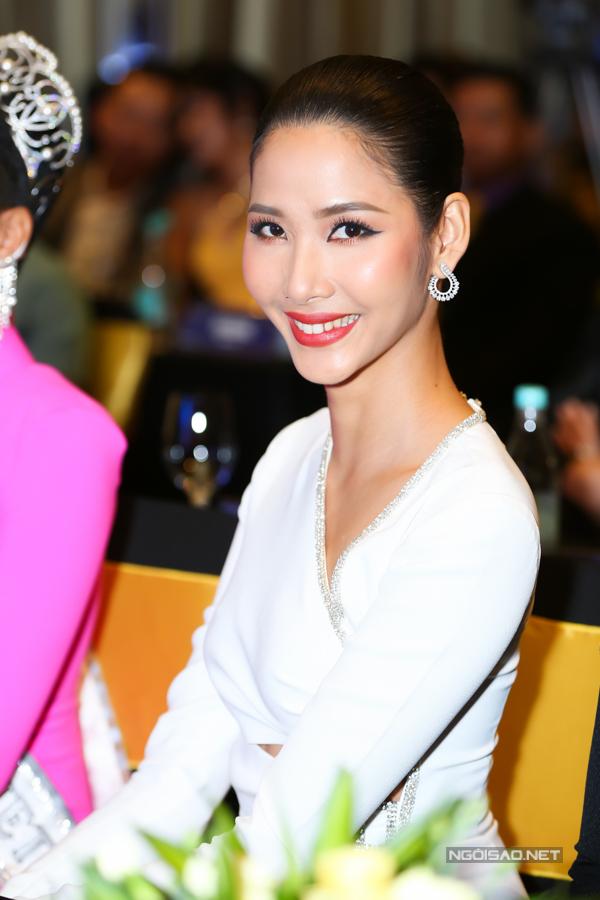 Á hậu Hoàng Thùy rạng rỡ dự sự kiện chiều 21/11.