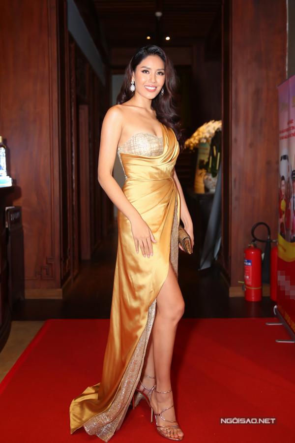 Hoa hậu Nguyễn Thị Loan diện thiết kế lệch vai, xẻ vạt sexy đi event.